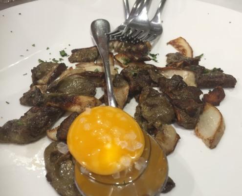 キノコ炒め卵黄添え、サン・セバスチャンのバル