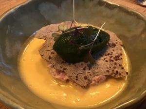 前菜:仔牛のタルタル、そば粉、バジルアイスクリームと黄色いトマトソース添え、セバスチャン・グレーヴ in バイヨンヌ