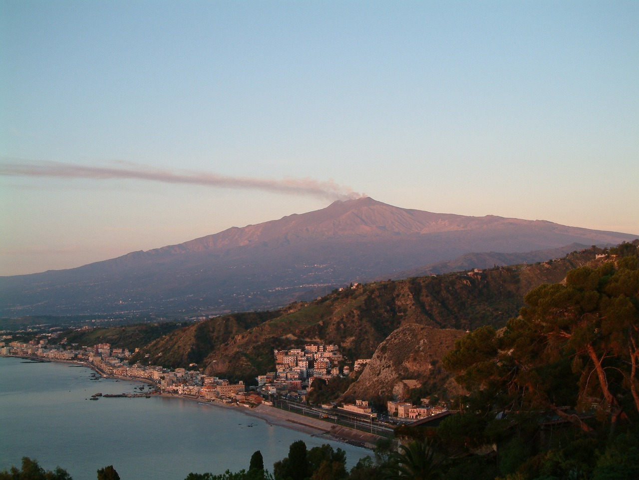 タオルミーナから見たエトナ山、シチリア島
