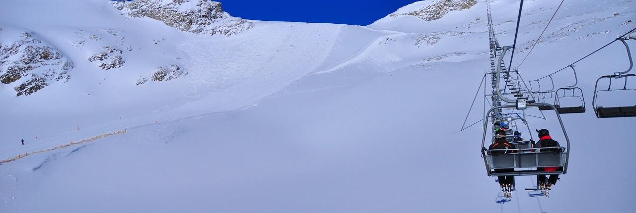 ヒンタートゥックス氷河山頂駅裏側のリーペンサッテルにかかる3人乗りリフト