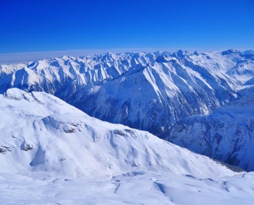 ヒンタートゥックスゴンドラ山頂駅上の展望台から見た峰々の展望