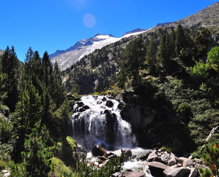 アイギュアイエ滝とアネト山