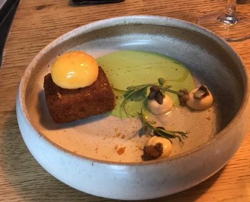 前菜:リコッタチーズのコロッケ、熟成卵とグリーンピースソース、セバスチャン・グレーヴ in バイヨンヌ