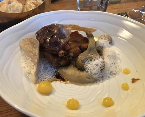 豚ほほ肉とバラ肉、マッシュルーム、アーティチョーク添え、セバスチャン・グレーヴ in バイヨンヌ