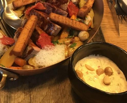 仔牛のランプ肉、季節の野菜添え、マカダミアンナッツとスイートペッパーソース、セバスチャン・グレーヴ in バイヨンヌ