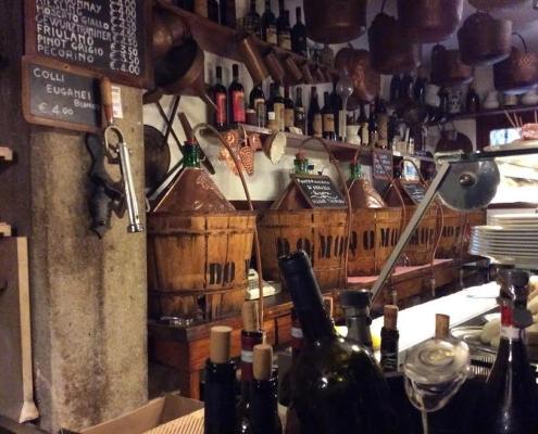 バーカロの名店、ド・モリ(ヴェネチア)の店内