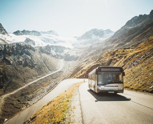 氷河へ向かう路線バス
