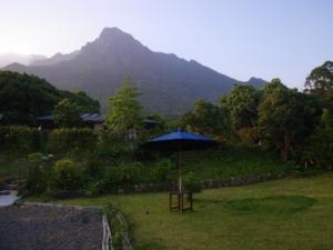 四季の宿とモッチョム岳