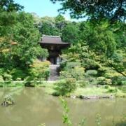 円成寺の庭園から見た楼門
