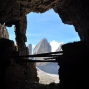 パテルノ山の麓にある第1次世界大戦時の塹壕から見たトレ・チーメ