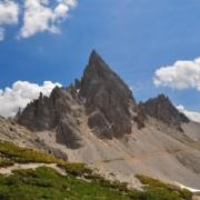 ロカテッリ小屋を後にパテルノ山を望む