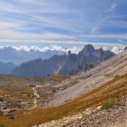 ラヴァレード小屋からの登り2ルート(右:登山道、左:林道)