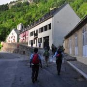 ガヴァルニー村からは、ル・コンポステッレ・ホテル前を歩いてゆきます。