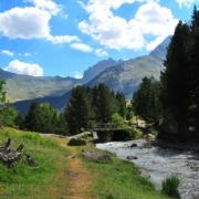 村へ向かい流れの右側が遊歩道、こちらは静かな登山道。