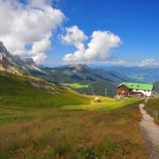 ジェノバ小屋とガイスラー山群(左側)~ポマ峠(2340m)から